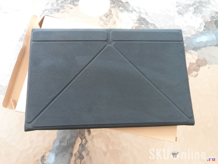 Поверхность чехла-клавиатуры - бархатистый материал (к которому адски липнет пыль)